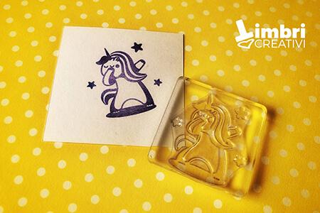 Unicorno che fa il dabbing - Misura timbrata: 37*40 mm - 17,50 €